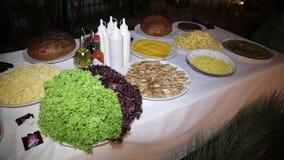 Плиты с продуктами на таблице сток-видео