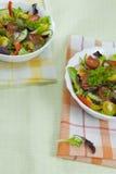 2 плиты с салатом на таблице Стоковое Изображение RF