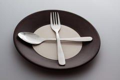 Плиты с серебряными вилкой и ложкой Стоковые Изображения RF