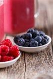 Плиты с ягодами и предпосылкой smoothie Стоковое Изображение