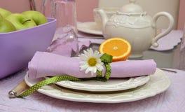 Плиты фарфора на таблице завтрака Стоковое Изображение