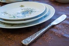 Плиты фарфора с украшениями с серебряным ножом на украшенной крышке Стоковое Фото