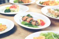 Плиты Kebab с салатом на таблице Стоковое Изображение