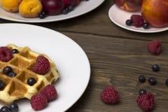 2 плиты waffles и ягод на деревянном столе Стоковое Фото