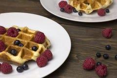 2 плиты waffles с ягодами на таблице Стоковое Фото