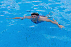 пловец изображения изумлённых взглядов девушки crawl бикини красный плавая под водой нося женщина Стоковые Изображения