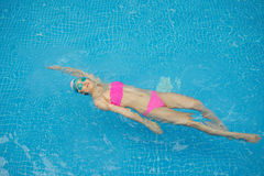 пловец изображения изумлённых взглядов девушки crawl бикини красный плавая под водой нося женщина Стоковое Изображение RF