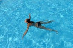 пловец изображения изумлённых взглядов девушки crawl бикини красный плавая под водой нося женщина Стоковая Фотография RF