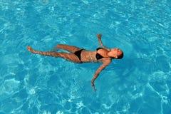 пловец изображения изумлённых взглядов девушки crawl бикини красный плавая под водой нося женщина Стоковое Фото