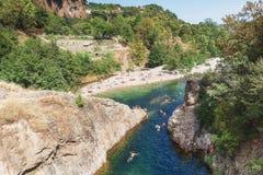 Пловцы в реке Ardeche около моста дьявола s стоковое фото