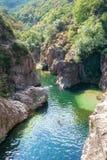 Пловцы в реке Ardeche около моста дьявола s Стоковое фото RF