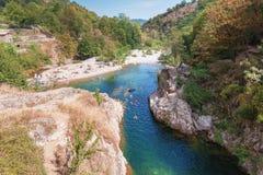 Пловцы в реке Ardeche около моста дьявола s стоковые фото