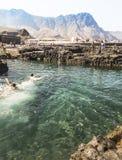 Пловцы участвуя в гонке в бассейнах на Puerto de las Nieves на Gran Canaria Стоковые Изображения