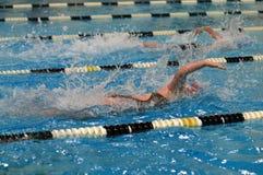 Пловцы участвуя в гонке в бассейне стоковые фотографии rf