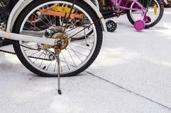 Плоская автошина велосипеда на дороге Стоковые Изображения RF