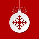 Плоская безделушка белого рождества с тенью на красном backgrou Стоковая Фотография