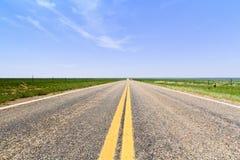 Плоская открытая дорога в Колорадо Стоковые Изображения