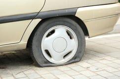 Плоская покрышка на колесе автомобиля Стоковое Изображение