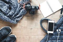 Плоская фотография положения с мобильным телефоном, аксессуарами перемещения, essenti стоковое фото rf