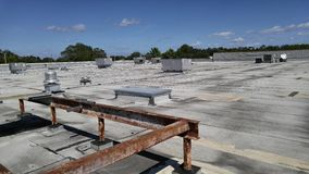 Плоские коммерчески ремонты крыши на ровной доработанной ровной плоской крыше Стоковые Изображения RF