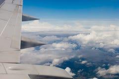 Плоские крыло, земля, облака и небо Стоковая Фотография