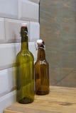 плоские прозрачные бутылки: зеленый цвет и коричневый цвет Стоковые Изображения RF
