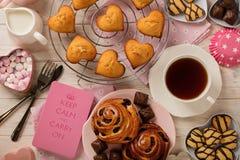 Плоские торты и печенья положения, булочки и крены, печенья и swee стоковое изображение rf