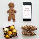 Плоский взгляд мобильного телефона среди милого счастливого украшения Нового Года Стоковая Фотография