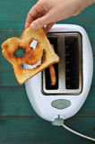 Плоский взгляд положения руки держит одно отрезает хлеба здравицы Стоковое Фото