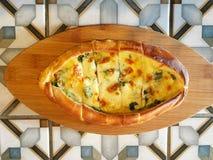 Плоский взгляд положения турецкого плоского хлеба с сыром Стоковая Фотография