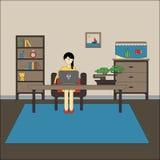Плоский дизайн места для работы с женщиной носит деятельность стекел на портативном компьютере Стоковое фото RF