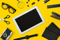 Плоский дисплей положения устройств офиса с блокнотом, винтажной камерой, ручкой, превращается, стекла и etc Взгляд сверху черный Стоковые Изображения RF