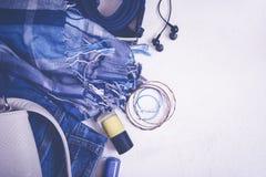 Плоский комплект положения вскользь женских одежд и аксессуаров в голубых тонах Взгляд сверху с космосом экземпляра Стоковые Фотографии RF