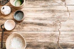 Плоский комплект положения handmade керамической посуды стоковое изображение rf