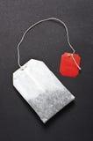 Плоский пакетик чая на темной предпосылке стоковая фотография rf
