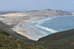 Плоский песчаный пляж с океанским прибоем Стоковое фото RF