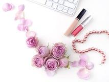 Плоский состав положения с косметиками и розой пинка цветет Взгляд сверху стоковое фото rf