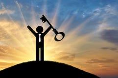 Плоский человек значка держит ключ на заходе солнца Стоковое Изображение RF