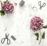 Плоский hortensia положения цветет предпосылка мрамора ножниц Стоковое Фото