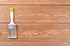 Плоский paintbrush с пластичной ручкой Стоковая Фотография RF