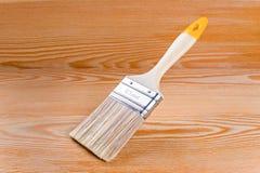 Плоский paintbrush с пластичной ручкой Стоковое Изображение RF