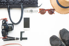 Плоское положение аксессуаров женщины с камерой фильма мобильного телефона Стоковые Фотографии RF