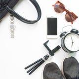Плоское положение аксессуаров женщины с мобильным телефоном и черным цветом Стоковое Фото