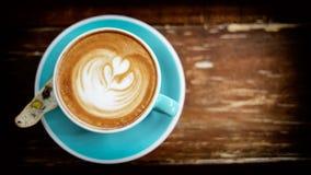 Плоское положение искусства latte на запачканном деревянном столе Стоковая Фотография