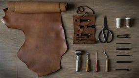 Плоское положение кожаного ремесла, производя инструменты в ретро стиле стоковые изображения