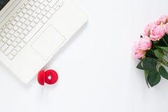 Плоское положение компьтер-книжки компьютера с розой кольца с бриллиантом и пинка Стоковое фото RF