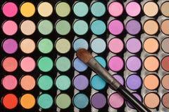 Плоское положение красочной палитры теней для век с щеткой Стоковое Изображение RF