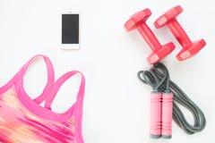 Плоское положение мобильного телефона с розовым бюстгальтером спорта, веревочкой скачки Стоковые Изображения
