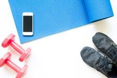 Плоское положение оборудований спорта с smartphone на белизне Стоковое Изображение RF