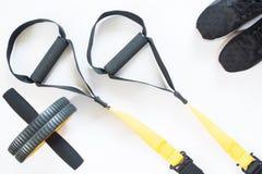 Плоское положение оборудования спорта и фитнеса на белой предпосылке Стоковые Фотографии RF